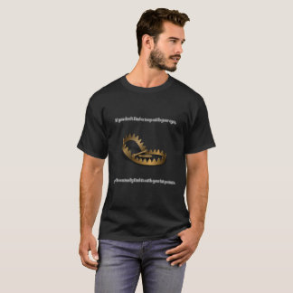Le T-shirt foncé de base des hommes de piège de
