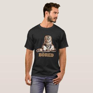 Le T-shirt foncé de base des hommes ennuyés de
