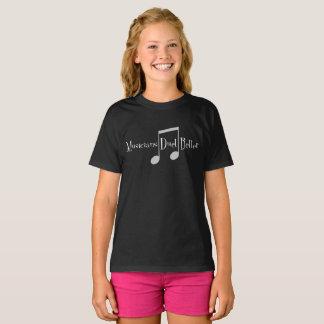 Le T-shirt foncé de la fille de duo (notes)