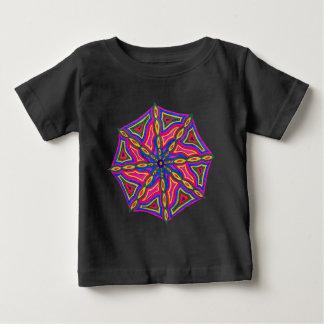 Le T-shirt foncé du bébé fait sur commande