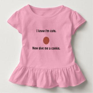 Le T-shirt hérissé de la fille impertinente