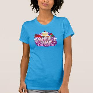 Le T-shirt turquoise des femmes douces de temps