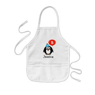 Le tablier de pingouin d'anniversaire pour des