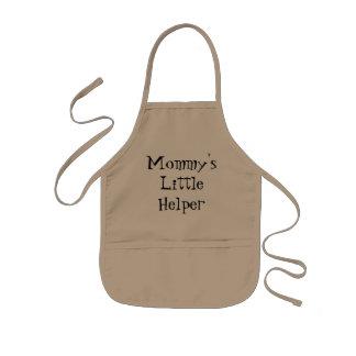 Le tablier du petit enfant de l'aide de la maman