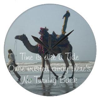 Le temps est comme une marée une fois gaspillée là grande horloge ronde
