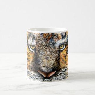 Le tigre observe la tasse
