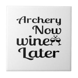 Le tir à l'arc Wine maintenant plus tard Carreau