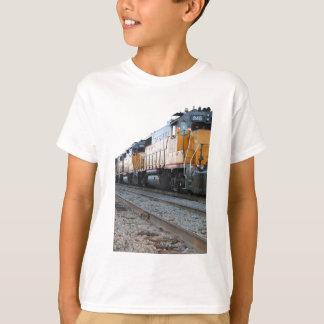 Le train badine le T-shirt