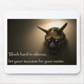 Le travail dur dans le silence a laissé votre tapis de souris