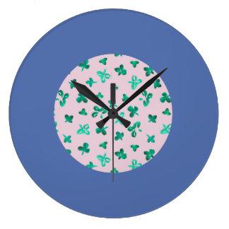 Le trèfle laisse la grande horloge murale ronde