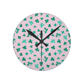 Le trèfle part autour de l'horloge murale moyenne horloge ronde