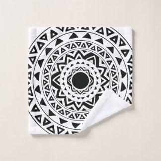 Le tribal entoure le mandala en noir et blanc