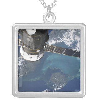 Le vaisseau spatial accouplé du progrès 22 pendentif carré