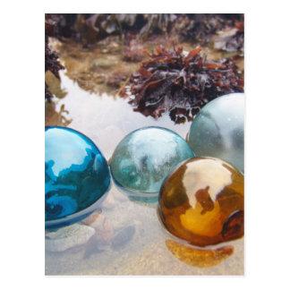 Le verre flotte sur l'eau cartes postales