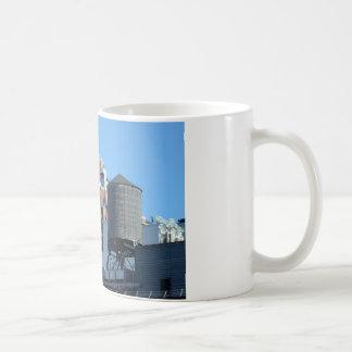 Le vieux bâtiment d'autorité portuaire tasse à café