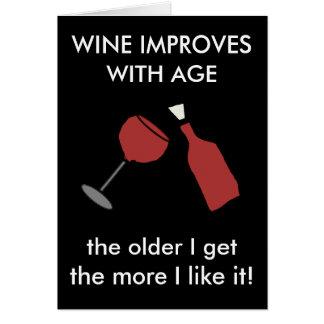 Le VIN S'AMÉLIORE AVEC la carte drôle de vin d'ÂGE
