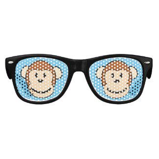 Le visage de singe badine des lunettes de soleil
