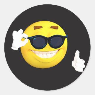 """Le visage souriant """"manie maladroitement vers le sticker rond"""