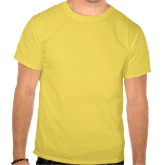 Le zombi ébrèche le T-shirt des hommes
