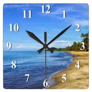 L'eau bleue et ciel de plage d'île horloge carrée