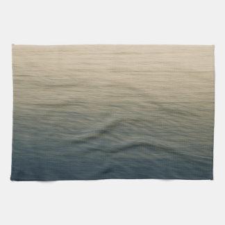 L'eau calme au crépuscule serviette éponge