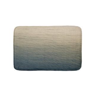 L'eau calme au crépuscule tapis de bain