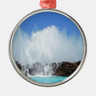 L'eau frappant des roches sur les Îles Canaries Ornement Rond Argenté