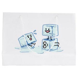 l'eau glaciale de cube en glaçons glissant le grand sac cadeau