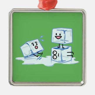 l'eau glaciale de cube en glaçons glissant le ornement carré argenté
