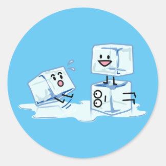 l'eau glaciale de cube en glaçons glissant le sticker rond
