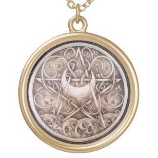 L'eau, vignes, et pendentif de pentagramme de lune