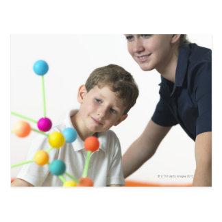 Leçon de chimie. garçon de 6 ans et son professeur cartes postales