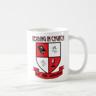 Lecture dans la tasse de café d'église