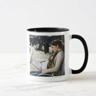 Lecture du Moyen-Orient enceinte de femme sur le Mug