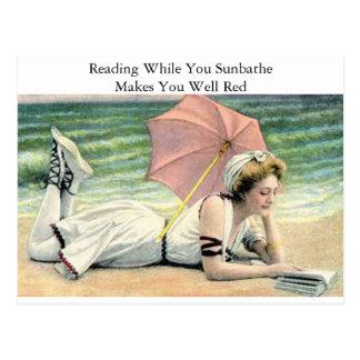 Lecture tandis que vous prenez un bain de soleil carte postale