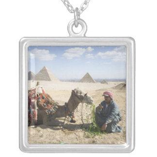 L'Egypte, Gizeh. L'homme indigène charge son Pendentif Carré