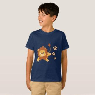 L'empreinte de pas de lion badine le T-shirt