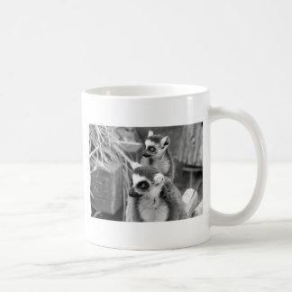 lémur Anneau-coupé la queue avec le bébé noir et Mug