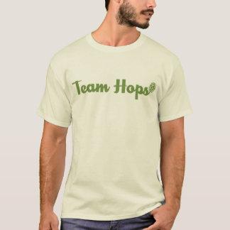 L'équipe saute à cloche-pied pièce en t t-shirt