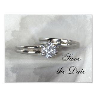 Les anneaux de mariage sur le gris font gagner la carton d'invitation 10,79 cm x 13,97 cm