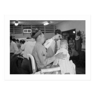 Les années 1940 d'expérience de coiffeur de fils carte postale
