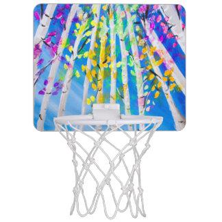 Les arbres colorés avec le néon part de la mini-panier de basket