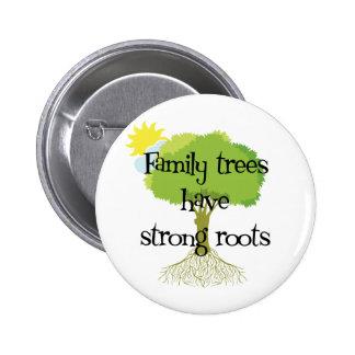 Les arbres généalogiques ont les racines fortes badge avec épingle