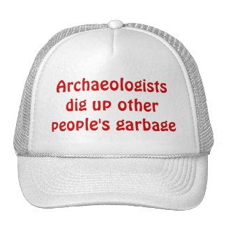 Les archéologues creusent les déchets d'autres casquette de camionneur