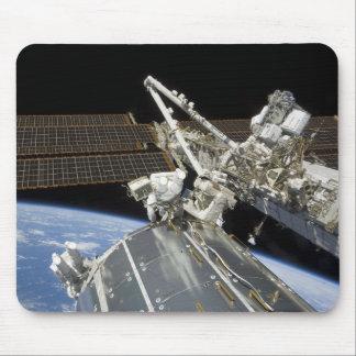 Les astronautes effectuent une série de tâches tapis de souris