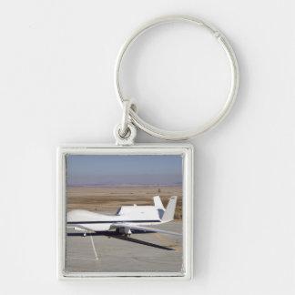 Les avions téléguidés de faucon global porte-clé carré argenté