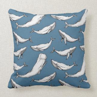 Les baleines sont partout sur le bleu coussin