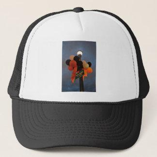Les ballons oranges et noirs ornent un signe de casquette