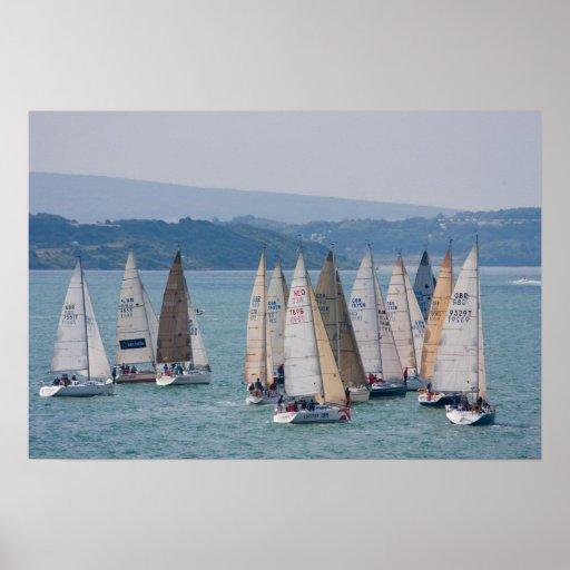 Les bateaux à voile s'approchent de l'île du Wight Posters