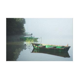 Les bateaux sur le lac calme arrosent - la toile